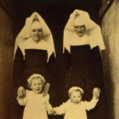 Schwestern in Flügeltracht