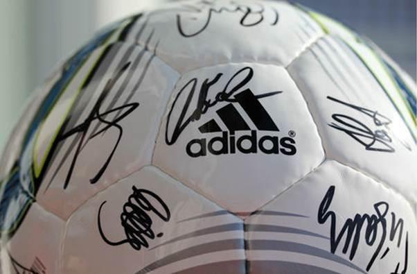 Spendenaktion WM 2011 Ball mit Autogrammen der DFB Frauen Nationalmannschaft