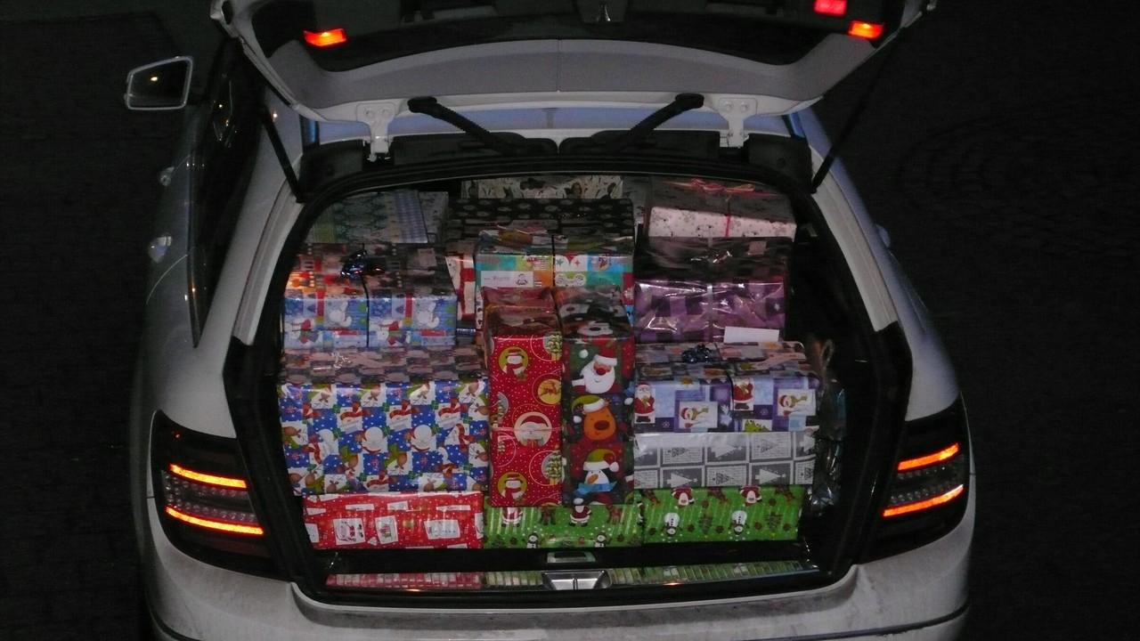 Ein Auto voller Weihnachtspäckchen